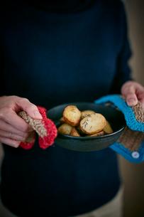 ポテトのグリルを持つ女性の手元の写真素材 [FYI02062444]