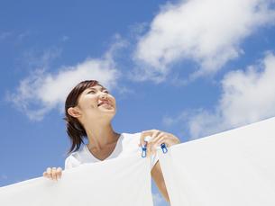 洗濯物と笑顔の女性の写真素材 [FYI02062453]
