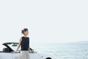 海と車と女性の写真素材 [FYI02062455]