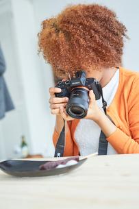 串団子をカメラで撮影する外国人女性の写真素材 [FYI02062460]
