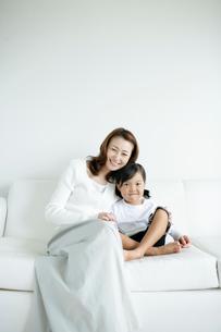 ソファに座るお母さんと女の子の写真素材 [FYI02062477]