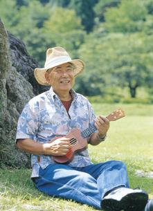 ウクレレを弾くシニア男性の写真素材 [FYI02062489]