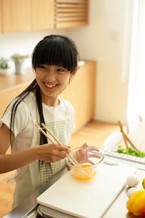 料理をする女の子の写真素材 [FYI02062518]