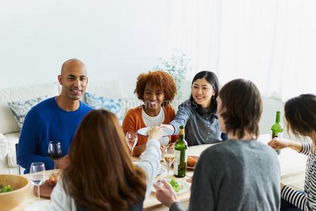 ホームパーティーをする外国人と日本人の写真素材 [FYI02062532]