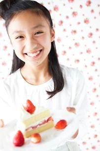 ショートケーキの皿を持つ女の子の写真素材 [FYI02062533]