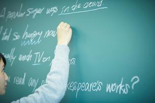 黒板に書く女子学生の写真素材 [FYI02062540]