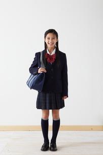 バッグを持つ女子学生の写真素材 [FYI02062553]