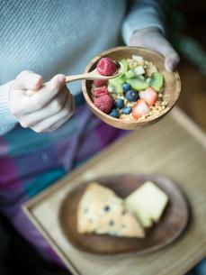 フルーツグラノーラを食べる女性の手元の写真素材 [FYI02062554]