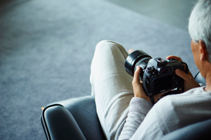 カメラを持つシニア男性の写真素材 [FYI02062589]