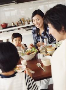 食事をするファミリーの写真素材 [FYI02062618]
