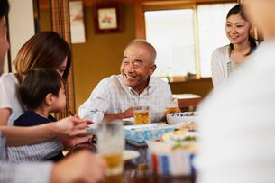 食事をする三世代家族の写真素材 [FYI02062632]