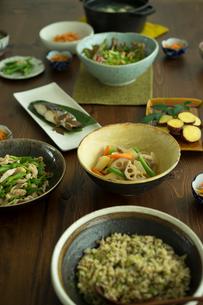 和食がのった食卓の写真素材 [FYI02062639]