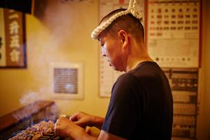 焼き鳥を焼く店員の写真素材 [FYI02062652]