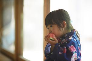 スイカを食べる浴衣姿の女の子の写真素材 [FYI02062660]