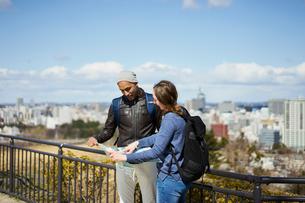観光する外国人カップルと仙台市の街並みの写真素材 [FYI02062679]