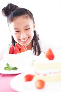 ケーキと女の子の写真素材 [FYI02062711]