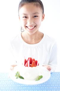 デコレーションケーキの皿を持つ女の子の写真素材 [FYI02062714]