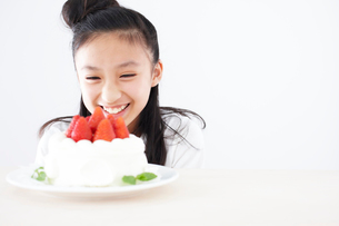 デコレーションケーキを見つめる女の子の写真素材 [FYI02062718]