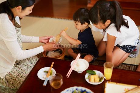 ご飯をよそう親子の写真素材 [FYI02062735]