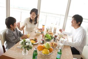朝食の食卓を囲む日本人ファミリーの写真素材 [FYI02062745]