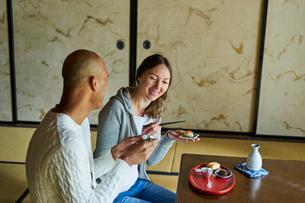 和室で食事をする外国人カップルの写真素材 [FYI02062756]
