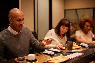 寿司屋で食事をする外国人の写真素材 [FYI02062770]