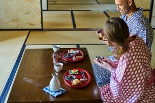 浴衣姿で食事をする外国人カップルの写真素材 [FYI02062775]