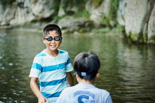 川遊びをする男の子2人の写真素材 [FYI02062778]