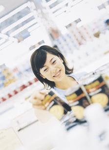 スーパーマーケットで買い物をする女性の写真素材 [FYI02062784]