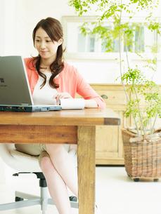 ホームオフィスの女性の写真素材 [FYI02062785]