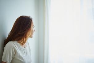 窓の外を眺める女性の写真素材 [FYI02062793]