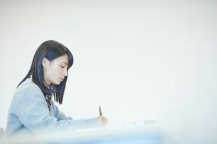 勉強する女子学生の写真素材 [FYI02062796]