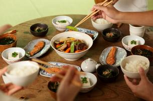 ちゃぶ台の上の朝食と食事をする手元の写真素材 [FYI02062799]