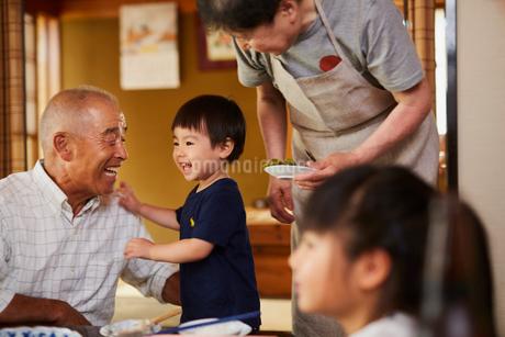 孫と祖父母の写真素材 [FYI02062821]