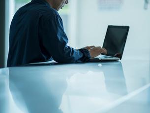 ノートパソコンを操作するシニア男性の写真素材 [FYI02062834]