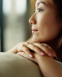 リラックスする女性の顔アップの写真素材 [FYI02062835]