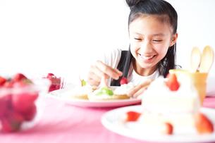 ケーキと女の子の写真素材 [FYI02062843]