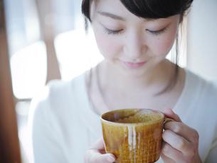 コーヒーカップを持つ女性の写真素材 [FYI02062859]