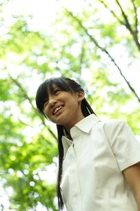 緑の木々と女の子の写真素材 [FYI02062864]