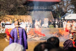 陸奥国分寺薬師堂の火渡り修行 宮城県の写真素材 [FYI02062882]