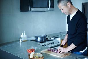 料理をするミドル男性の写真素材 [FYI02062908]