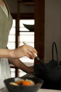 料理をする女性の写真素材 [FYI02062914]