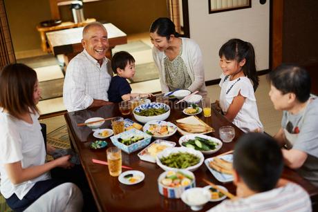 食事をする三世代家族の写真素材 [FYI02062946]