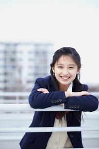 手すりにもたれる女子学生の写真素材 [FYI02062948]