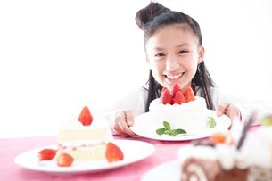 ケーキと女の子の写真素材 [FYI02062975]