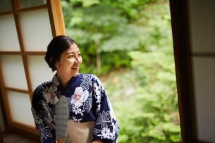 団扇を持つ浴衣姿の女性の写真素材 [FYI02062991]