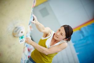 ボルダリングをする女性の写真素材 [FYI02063002]