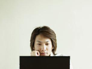 パソコンを操作するビジネスマンの写真素材 [FYI02063005]