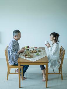 食事をするミドル夫婦の写真素材 [FYI02063010]