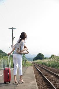 駅のホームにたたずむ女性の写真素材 [FYI02063013]
